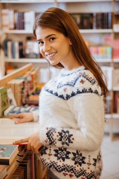 Donna libro shop ritratto giovani donna sorridente Foto d'archivio © deandrobot