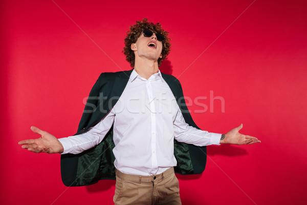 Elegante moço óculos de sol jaqueta gritando Foto stock © deandrobot