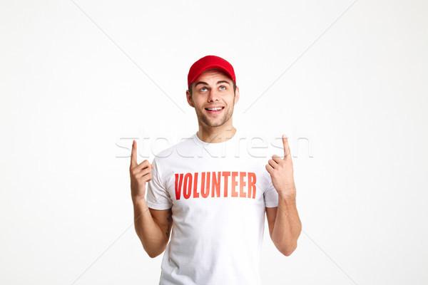 Retrato joven voluntario camiseta senalando Foto stock © deandrobot