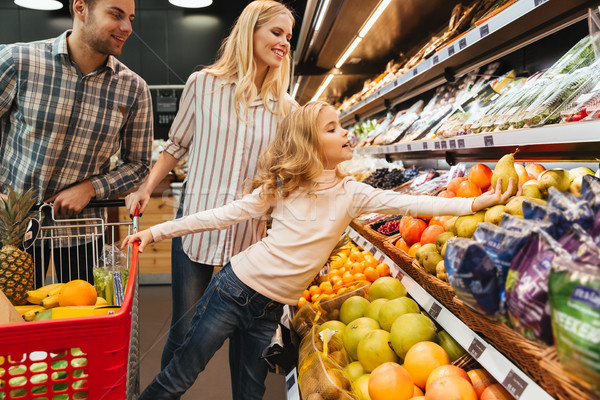 Család bevásárlókocsi áruház bolt nő vásárlás Stock fotó © deandrobot