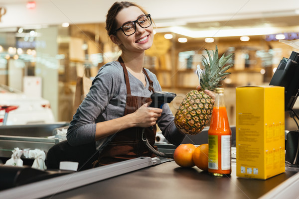 Szczęśliwy kobiet kasjer spożywczy działalności uśmiech Zdjęcia stock © deandrobot
