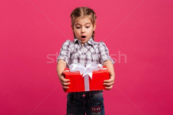 Fetita copil cutie cadou surpriză Imagine de stoc © deandrobot
