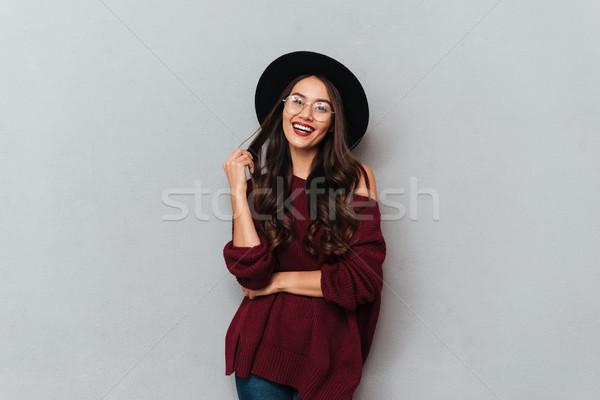 Divatos barna hajú nő fekete kalap szemüveg Stock fotó © deandrobot