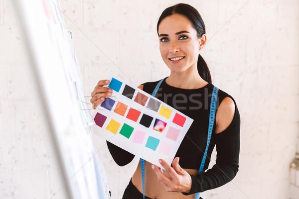 Glimlachend jonge vrouw kleermaker meetlint studio tonen Stockfoto © deandrobot