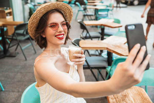 Vrouw jurk strohoed smartphone gelukkig Stockfoto © deandrobot