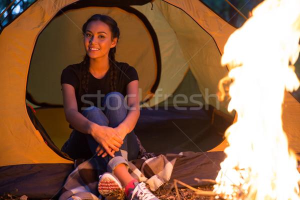 Retrato feliz mujer sesión hoguera forestales Foto stock © deandrobot