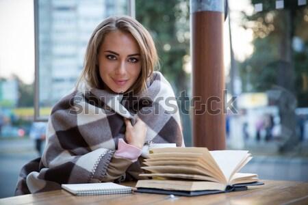 Сток-фото: довольно · девушки · сидят · книга · кафе · портрет