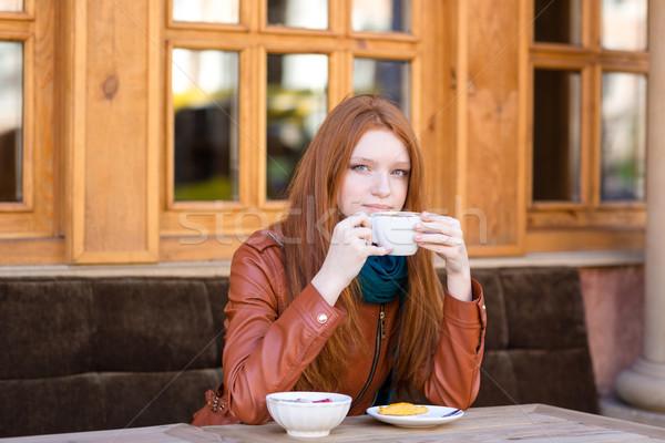 Töprengő nő ül kávéscsésze álmodik kint Stock fotó © deandrobot