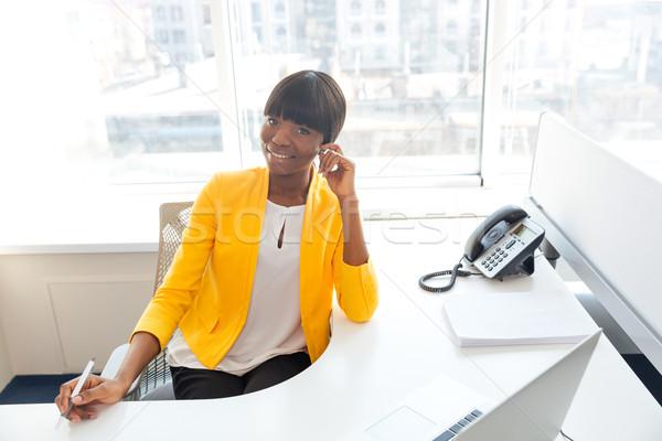 Gülen işkadını oturma işyeri ofis afro Stok fotoğraf © deandrobot