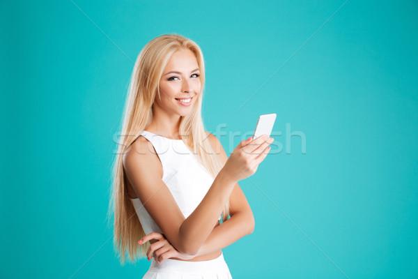 Fericit femeie zambitoare rochie de culoare alba telefon mobil portret Imagine de stoc © deandrobot