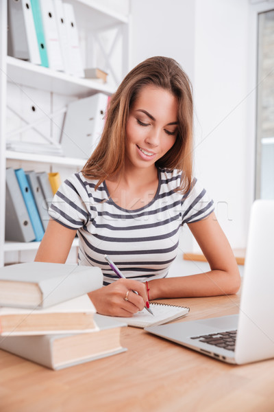 Foto stock: Jóvenes · bastante · femenino · estudiante · escrito · notas