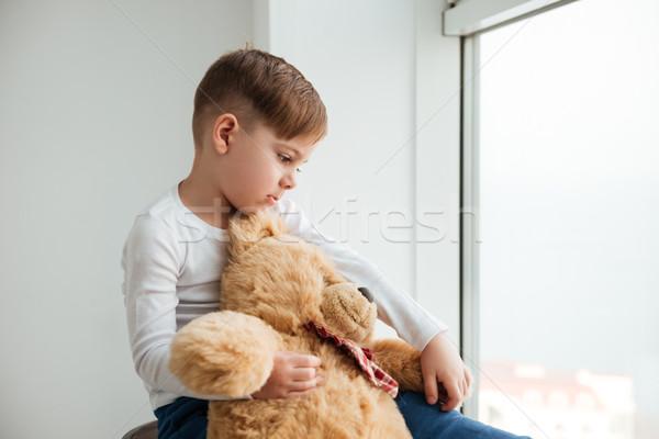 Pequeño nino ventana osito de peluche espera padres Foto stock © deandrobot