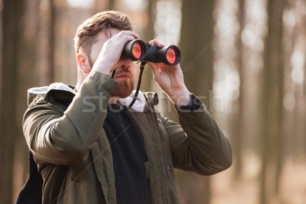 Sério barbudo homem olhando floresta foto Foto stock © deandrobot