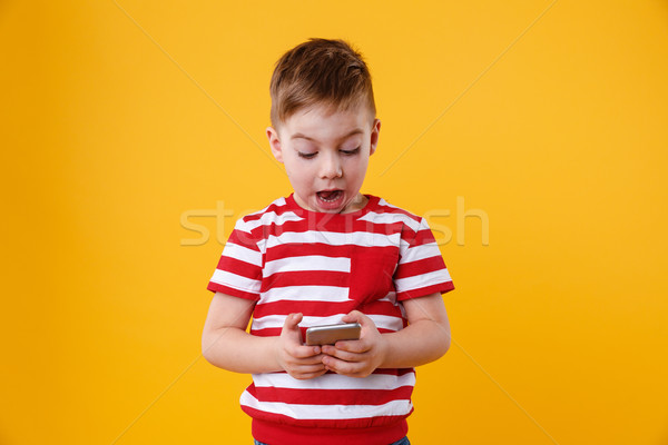 Astucieux excité peu garçon lecture un message Photo stock © deandrobot