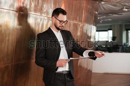 Zijaanzicht zakenman pak permanente muur Stockfoto © deandrobot