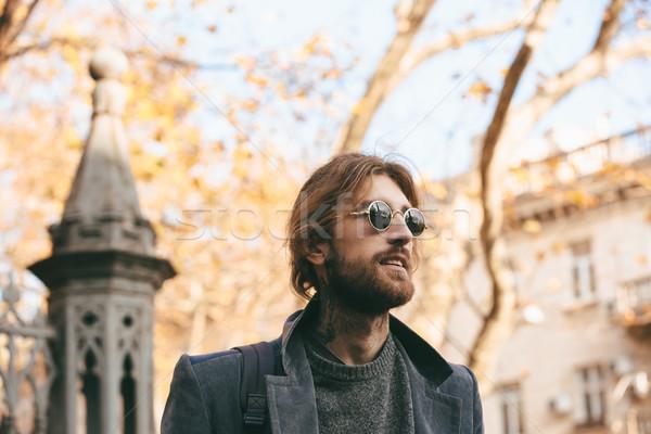 Retrato elegante barbudo homem óculos de sol casaco Foto stock © deandrobot