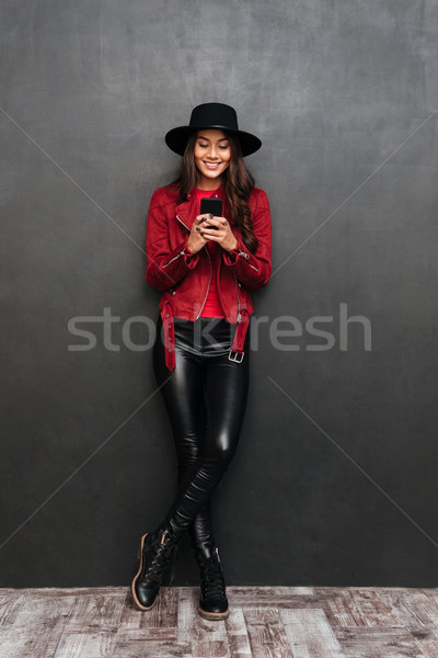 Sonriendo jóvenes mujer hermosa teléfono móvil imagen Foto stock © deandrobot