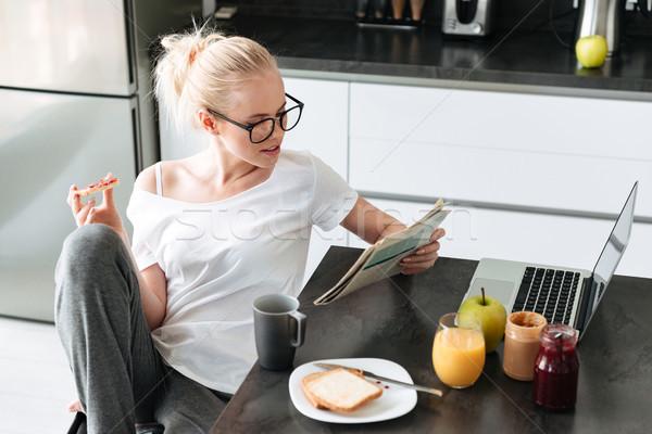 Komoly fókuszált hölgy olvas újság reggeli Stock fotó © deandrobot