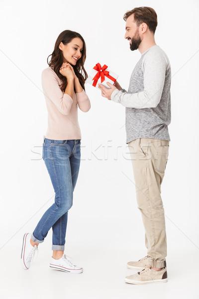 Fericit tineri iubitor cuplu cadou Imagine de stoc © deandrobot