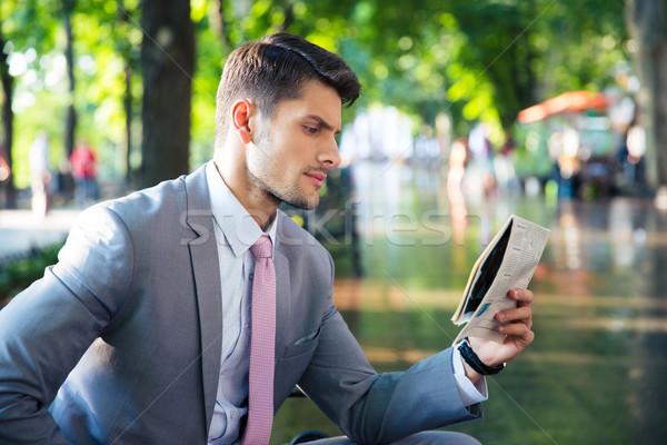 üzletember olvas újság kint portré jóképű Stock fotó © deandrobot