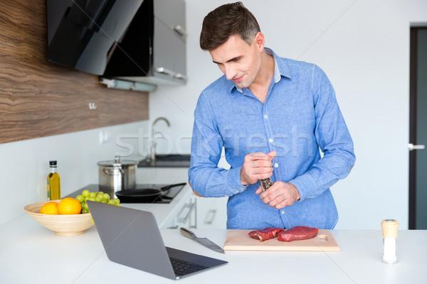 Knap mannelijke kijken koken les laptop Stockfoto © deandrobot