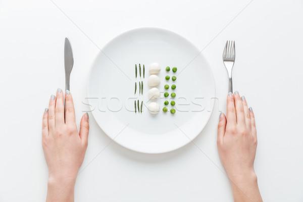 Vrouw eten groene erwten mozzarella kruiden Stockfoto © deandrobot