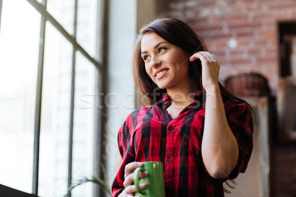 Kobieta tie okno poniżej obraz uśmiechnięta kobieta Zdjęcia stock © deandrobot