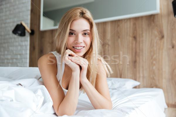 Mosolygó nő megnyugtató ágy mosolyog gyönyörű fiatal nő Stock fotó © deandrobot