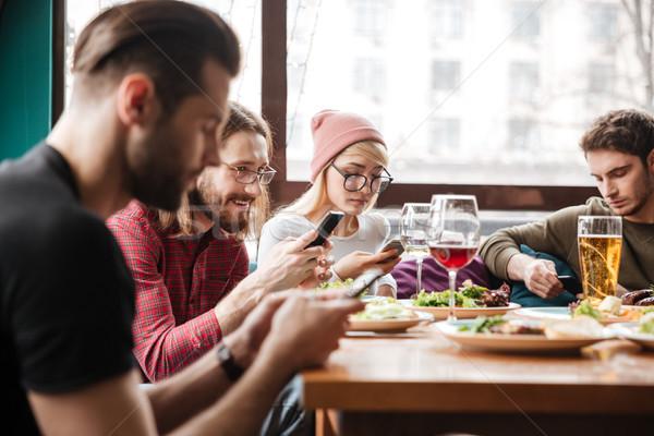 Stockfoto: Gelukkig · vrienden · vergadering · cafe · mobiele · telefoons · afbeelding