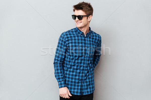 Foto stock: Sorridente · homem · óculos · de · sol · imagem · jovem