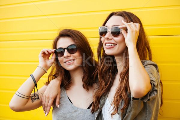 Zdjęcia stock: Młodych · uśmiechnięty · kobiet · znajomych · stałego · żółty