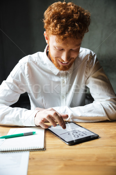 Foto jovem feliz barbudo homem Foto stock © deandrobot