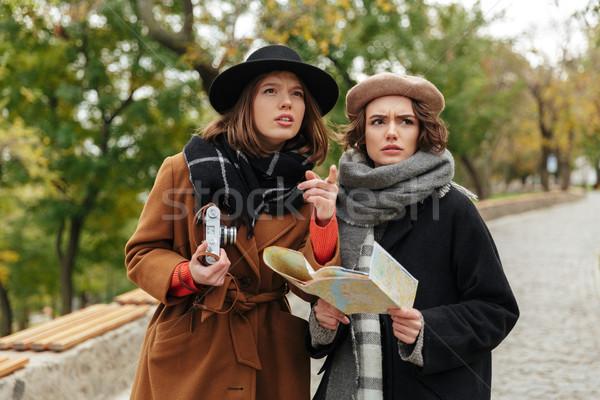 Ritratto due confusi ragazze autunno vestiti Foto d'archivio © deandrobot