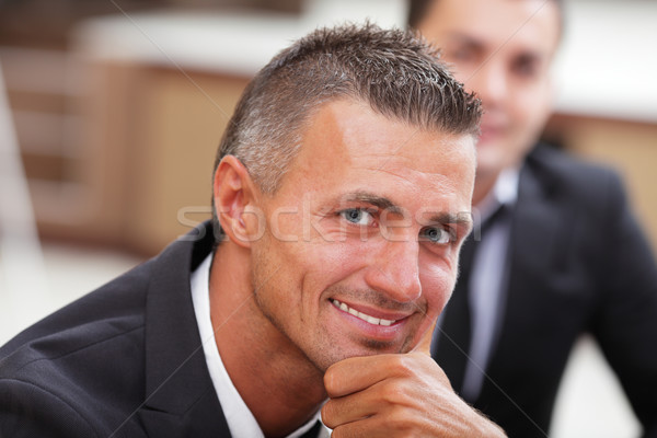 Komoly érett üzletember üzleti megbeszélés iroda néz Stock fotó © deandrobot
