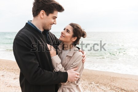 Romantic în picioare plajă sărutat Imagine de stoc © deandrobot
