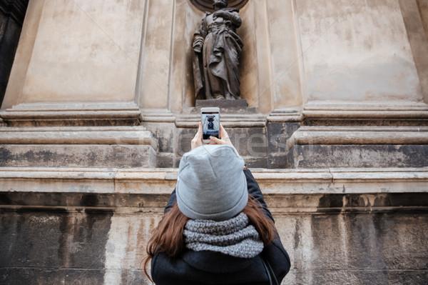 Hátulnézet nő telefonál lány kabát kalap város Stock fotó © deandrobot