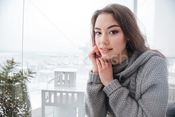 Giovani signora maglione seduta cafe immagine Foto d'archivio © deandrobot