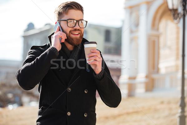 Mutlu genç konuşma cep telefonu içme kahve Stok fotoğraf © deandrobot