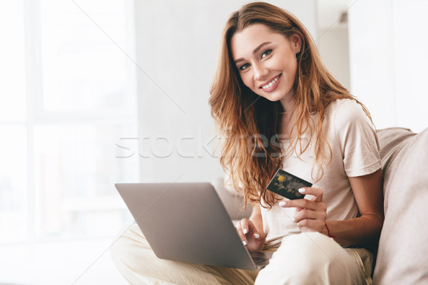 Gyönyörű nő mutat hitelkártya kamerába gyönyörű gondtalan Stock fotó © deandrobot