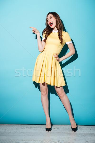 幸せ 小さな ブルネット 女性 黄色 ドレス ストックフォト © deandrobot