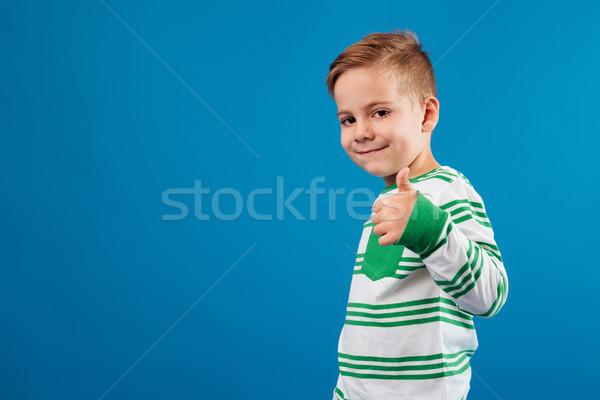 Widok z boku uśmiechnięty młody chłopak kciuk w górę Zdjęcia stock © deandrobot