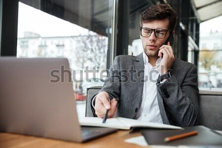 Mylić człowiek biznesu okulary posiedzenia tabeli Kafejka Zdjęcia stock © deandrobot