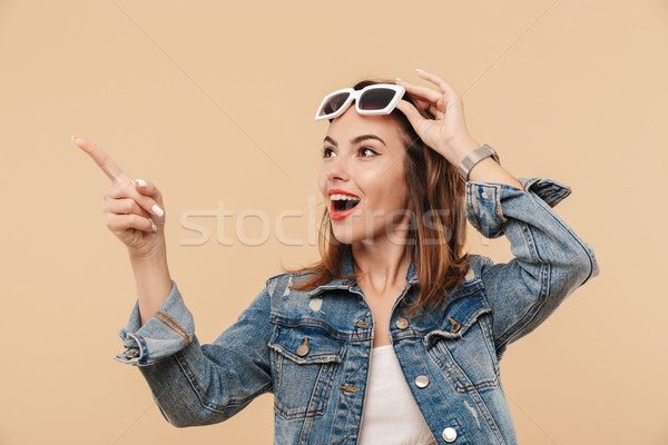 Retrato maravilhado jovem verão roupa óculos de sol Foto stock © deandrobot