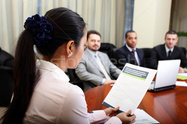 Többnemzetiségű üzleti csapat megbeszélés nő bemutat projekt Stock fotó © deandrobot