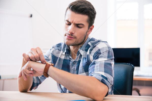 élégant jeune homme regarder jeunes affaires Photo stock © deandrobot