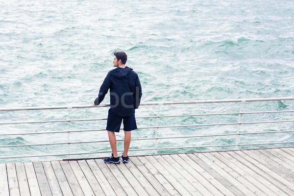 Adam bakıyor deniz açık havada arkadan görünüm portre Stok fotoğraf © deandrobot