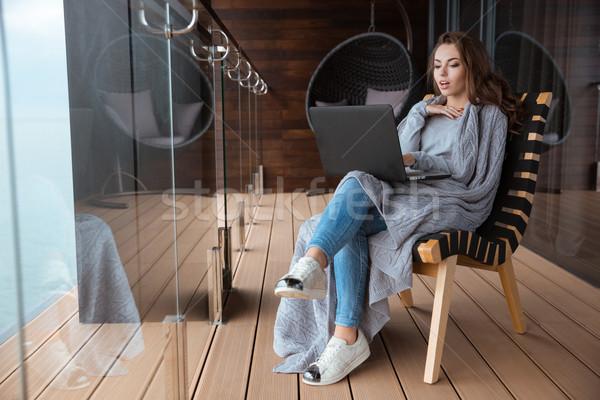 驚いた 女性 座って 編まれた ラップトップを使用して 美人 ストックフォト © deandrobot