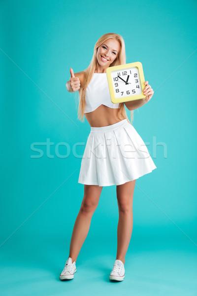 Stockfoto: Glimlachend · meisje · muur · klok · tonen