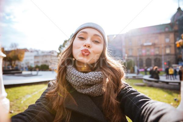 Mädchen Mantel Erzeugnis senden Luft kiss Stock foto © deandrobot