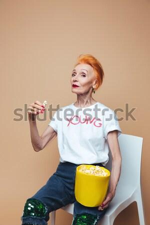Vertical image heureux femme popcorn Photo stock © deandrobot